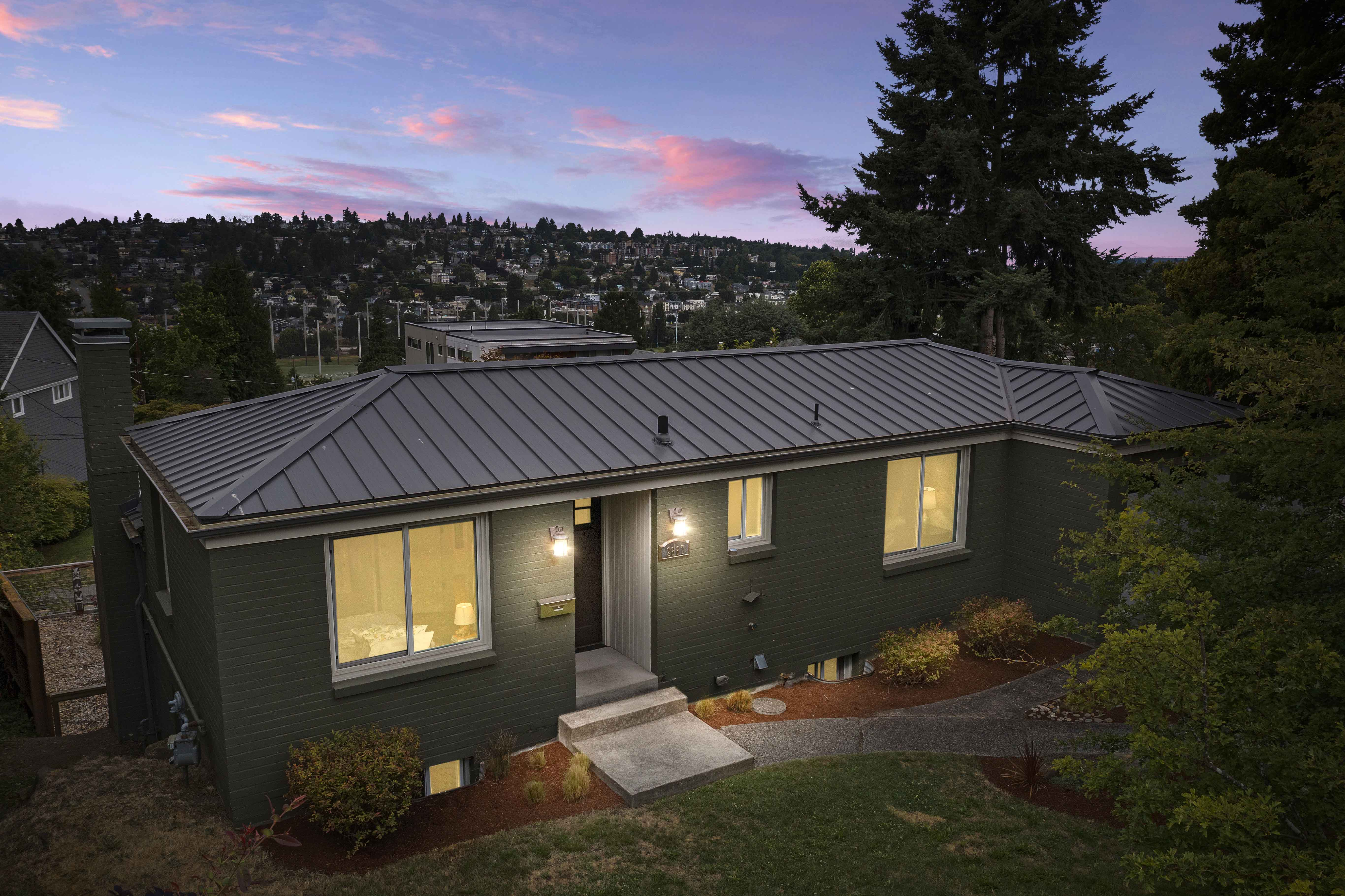 😍RARE Views! An Unbeatable Location in the Heart of Queen Anne!
