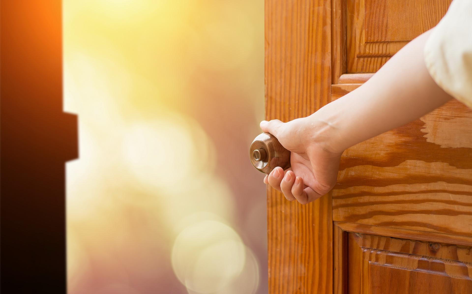 картинки открой маме дверь скоро